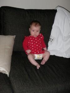 ...och sitter själv i soffan