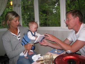 Bokläsning med faster och morfar