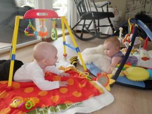 Edgar och Alice lånar Ines leksaker