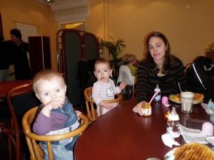 Alice, Nathalie och Elin på café i Kristianstad