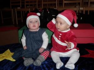 Två små nissar på julavslutning i kyrkan