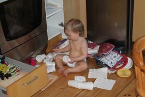 Hjälper pappa i köket