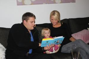 Läser bok med Henke och Sanna