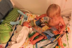 Alice läser saga för lillasyster