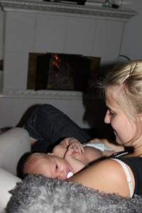Nybadad framför brasan med moster Camilla