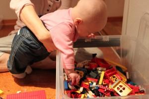 Astrid leker med lego