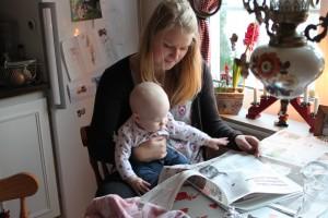 Läser tidningen med moster