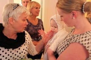 Astrid var finklädd i klänning som farmor sytt och kofta och mössa som mormor stickat