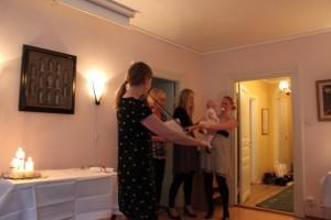 Karin spelar Ett Augustibarn, en egenkomponerad visa för Astrid