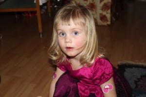 Storasyster i sin prinsessklänning